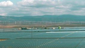 Produktion der erneuerbaren Energie in Spanien - aerail Ansicht von modernen Sonnenkraftwerk- und Windgeneratoren stock video footage