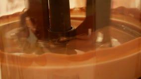Produktion der heißen Schokolade stock video footage