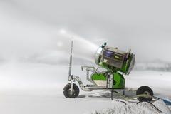 Produktion des künstlichen Schnees lizenzfreie stockbilder