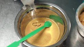 Produktion des Shampoos Strömende chemische Flüssigkeit, zum der Mischung zu rühren stock footage