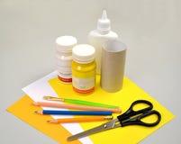Produktion einer Unterstützung für farbige Eier Schrittweiser Prozess: zeichnen Sie Materialien ab lizenzfreies stockbild