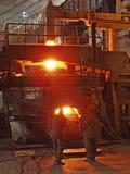 Produktion för stål för stålarbeten Gulna, belägga med metall att hälla som smälts i en enorm slev i form av den brännheta gnista Royaltyfri Bild