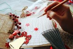 Produktion von den scrapbooking Weihnachtskarten Lizenzfreie Stockfotos