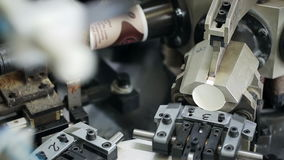 Produktion von Papierschalen aus Pappe für Kaffee zum Mitnehmen heraus Innerhalb der Anlage stock video footage