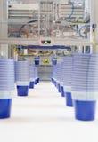 Produktion von Plastikcup stockfotos