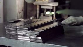 Produktion von Produkten des gestanzten Stahls stock video footage