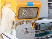 Produktion von PVC-Fenstern, ein Abschnitt PVCplastikprofils auf der Rahmenmaschine, Werkzeugmaschine lizenzfreie stockfotografie