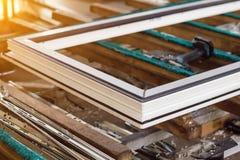 Produktion von PVC-Fenstern, von PVC-Fensterschärpe, von Rahmen und von Werkzeugen für die Herstellung, Fensterrahmen stockfotos