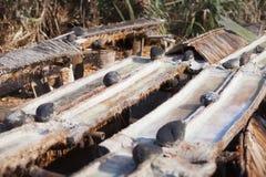 Produktionkoksalt i den gamla vägen bali indonesia Arkivfoton
