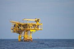 Produktionplattform av fossila bränslenbransch i frånlands-, energin av världen, konstruktionsplattform i havet royaltyfri foto