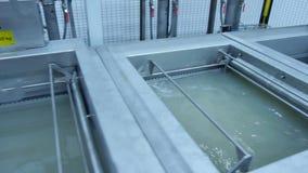 Produktionsbehälter mit Flüssigkeit in der Fabrik Kanister mit chemischer Lösung stock footage