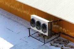 Produktionsfan auf dem Dach des Gebäudes lizenzfreie stockbilder