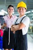 Produktionsleiter und Designer in der asiatischen Fabrik Stockbild