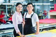 Produktionsleiter und Designer in der asiatischen Fabrik stockfoto