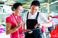Produktionsleiter und Designer in einer Fabrik stockbilder