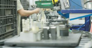 Produktionslinje av delar för bilindustrin stock video