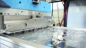 Produktionslinje av plast- behållare för matlagringen stock video