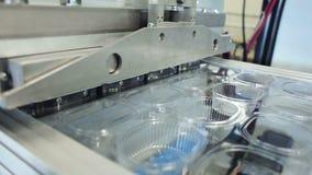 Produktionslinje av polymerbehållare för matlagringen stock video