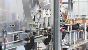 Produktionslinje för produktionen och buteljera av alkoholdrycker Alkoholiserad fabrik för tillverkning av stock video