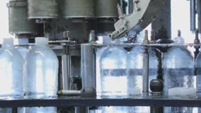 Produktionslinje för produktionen och buteljera av kolsyrade drycker Mineralvatten för fabrik för tillverkning av och stock video