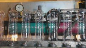 Produktionslinje för produktionen och buteljera av kolsyrade drycker Mineralvatten för fabrik för tillverkning av och arkivfilmer