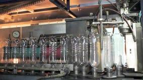 Produktionslinje för produktionen och buteljera av kolsyrade drycker Mineralvatten för fabrik för tillverkning av och lager videofilmer