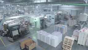 Produktionslinje i en förpackande fabrik arkivfilmer
