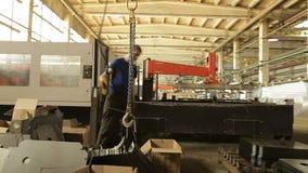 Produktionslinje inom fabriken lager videofilmer