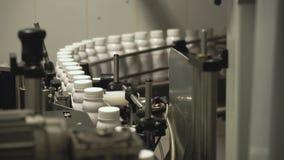 Produktionslinje med flaskor stock video