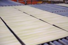 Produktionslinje med keramiska tegelplattor royaltyfri bild