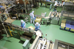 produktionslinje på chokladfabriken på Japan arkivbild