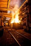 Produktionsprocessen i stålet maler arkivbild