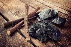 Produktionsschritte des Süßholzes, der Wurzeln, der reinen Blöcke und der Süßigkeit Lizenzfreies Stockfoto