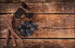 Produktionsschritte des Süßholzes, der Wurzeln, der reinen Blöcke und der Süßigkeit Stockbild