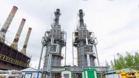 Produktionstürme an Gas und Erdölraffinerieanlagetimelapse stock video