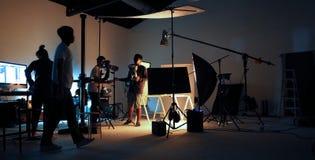 Produktionsteam, das irgendeinen Videofilm schießt stockfotografie