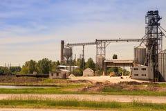 Produktionsyard mit Aufzug und Maschinerie des modernen Silos in der Landschaft Lizenzfreie Stockfotos