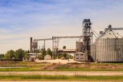 Produktionsyard und Metallbehälter des modernen Silos in der Landschaft Stockfoto