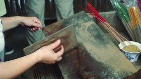 Produktiontillverkning av rökelsepinnar i Asien arkivfilmer