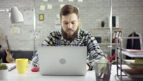 Produktiv affärsman som lutar avslutande tillbaka kontorsarbete på bärbara datorn, effektiv chef som tillfredsställs med mötestop stock video