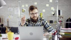 Produktiv strävsam affärsman som lutar avslutande tillbaka kontorsarbete på bärbara datorn, effektiv chef som tillfredsställs med lager videofilmer
