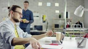 Produktiver Geschäftsmann, der zurück Fertigungsbüroarbeit auf Laptop, effektiver Manager zufrieden gewesen mit Sitzungsfrist leh stock video footage