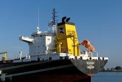 Produkttankfartyg i operationer på den olje- terminalen Arkivbild