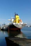 Produkttankfartyg i operationer på den olje- terminalen Arkivfoton