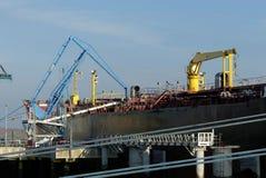 Produkttankfartyg i operationer på den olje- terminalen Royaltyfria Bilder