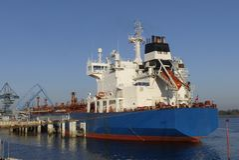 Produkttankfartyg i operationer på den olje- terminalen av Lorient, Frankrike Arkivfoton