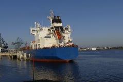 Produkttankfartyg i operationer på den olje- terminalen av Lorient, Frankrike Royaltyfri Fotografi