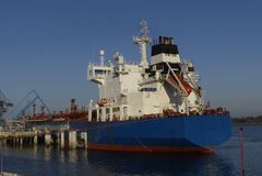Produkttankfartyg i operationer på den olje- terminalen av Lorient, Frankrike Royaltyfria Bilder