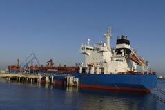 Produkttankfartyg i operationer på den olje- terminalen av Lorient, Frankrike Royaltyfri Bild