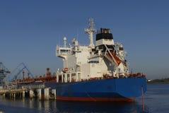 Produkttankfartyg i operationer på den olje- terminalen av Lorient, Frankrike Royaltyfri Foto